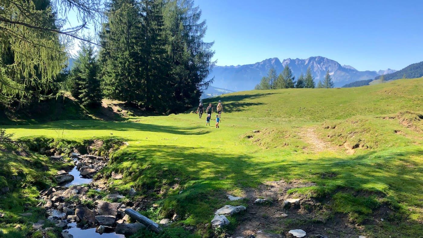 Wandern tut gut – für Körper und Geist. Aufgenommen bei den Bergalmen in der Osterhorngruppe in Salzburg.