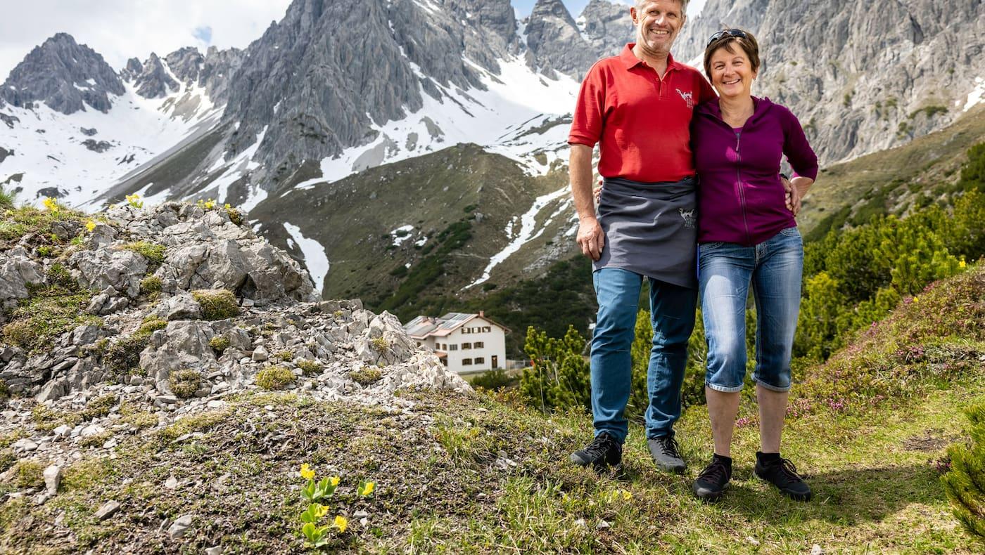 Buggy und Jutta Reich mit der Steinseehütte im Hintergrund