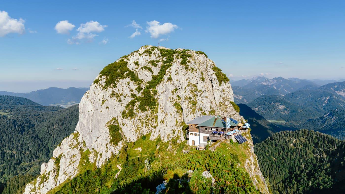 An der Flanke des Buchsteins liegt die Tegernseer Hütte.
