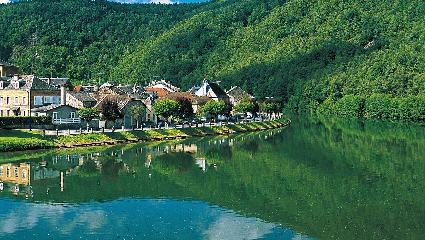 Malerisch liegen die Häuser von Monthermé am Ufer der Maas.