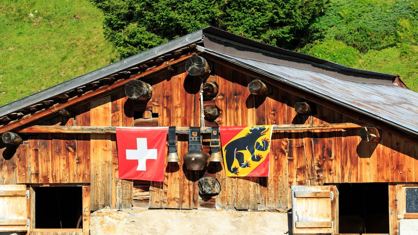 Sommer auf der Alp: Almhütte im Berner Oberland