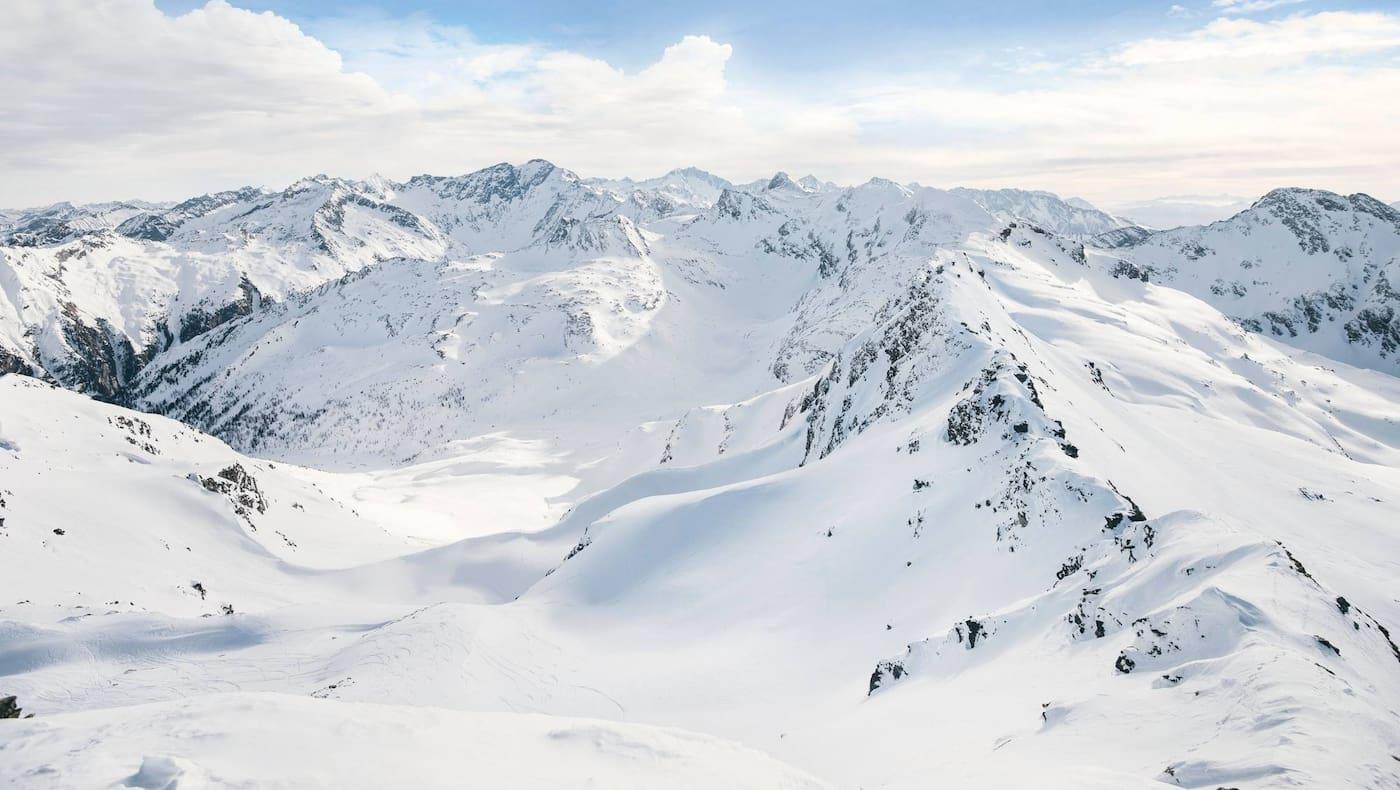 Ein Blick in die schneebedeckten Hohen Tauern