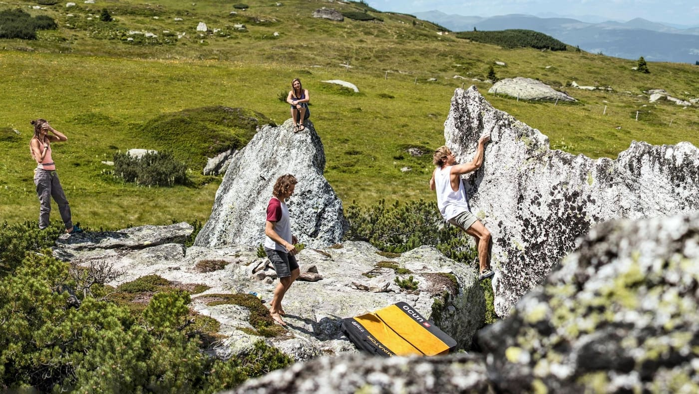 Die Bouldergruppe erkundet den Fels