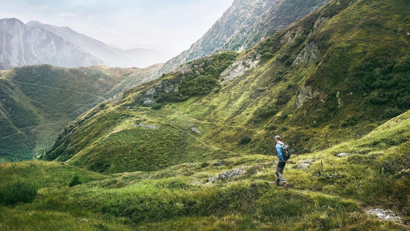 Malerische alpine Landschaften begleiten die Wanderer beim Höhenweg