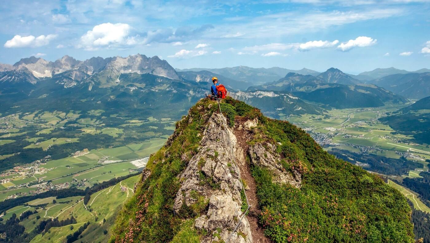 Ein Kletterer genießt den Ausblick vom Kitzbüheler Horn