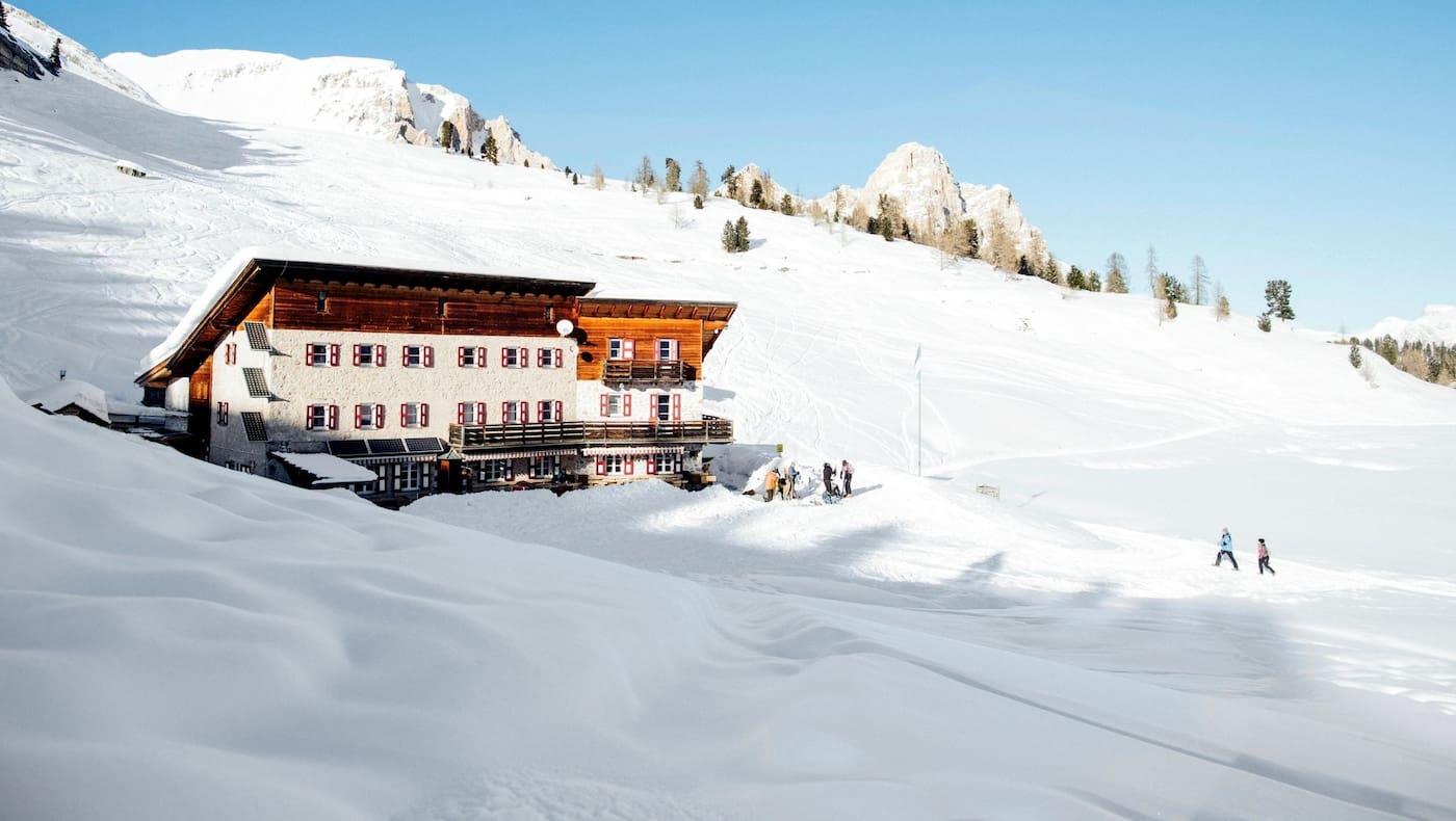 Die Hütte eingebettet in die Schneelandschaft