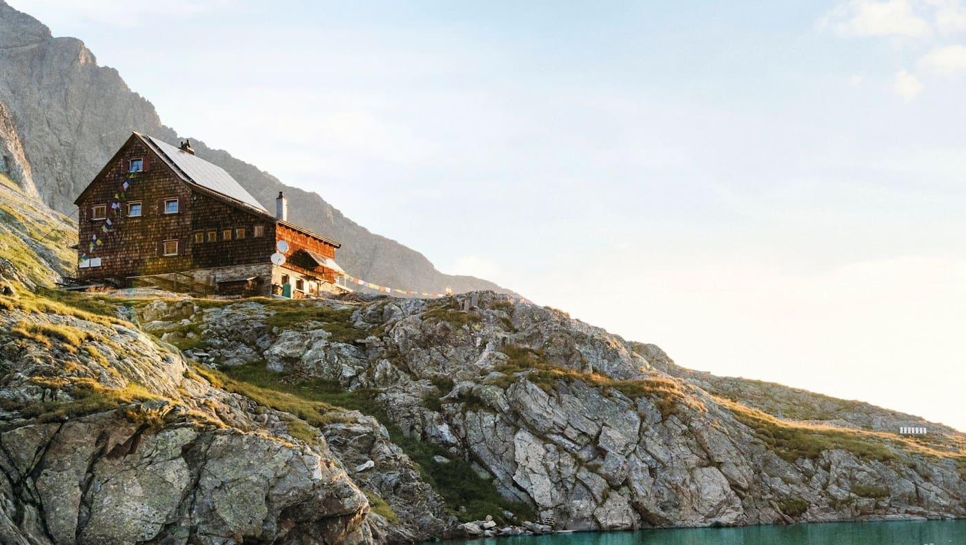 Die Hütte und davor der klare Gletschersee