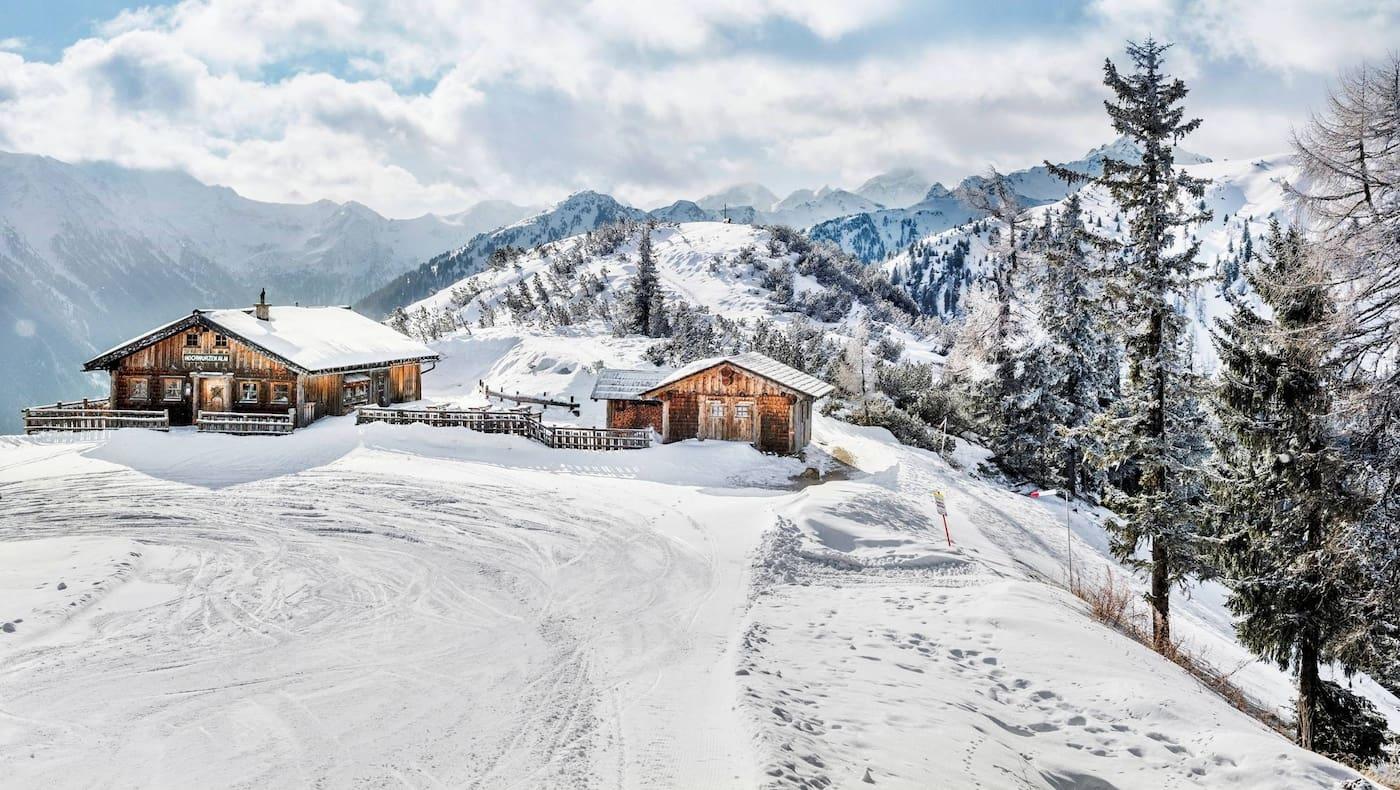 Die Hochwurzenhütte eingebettet in ein winterliches Panorama