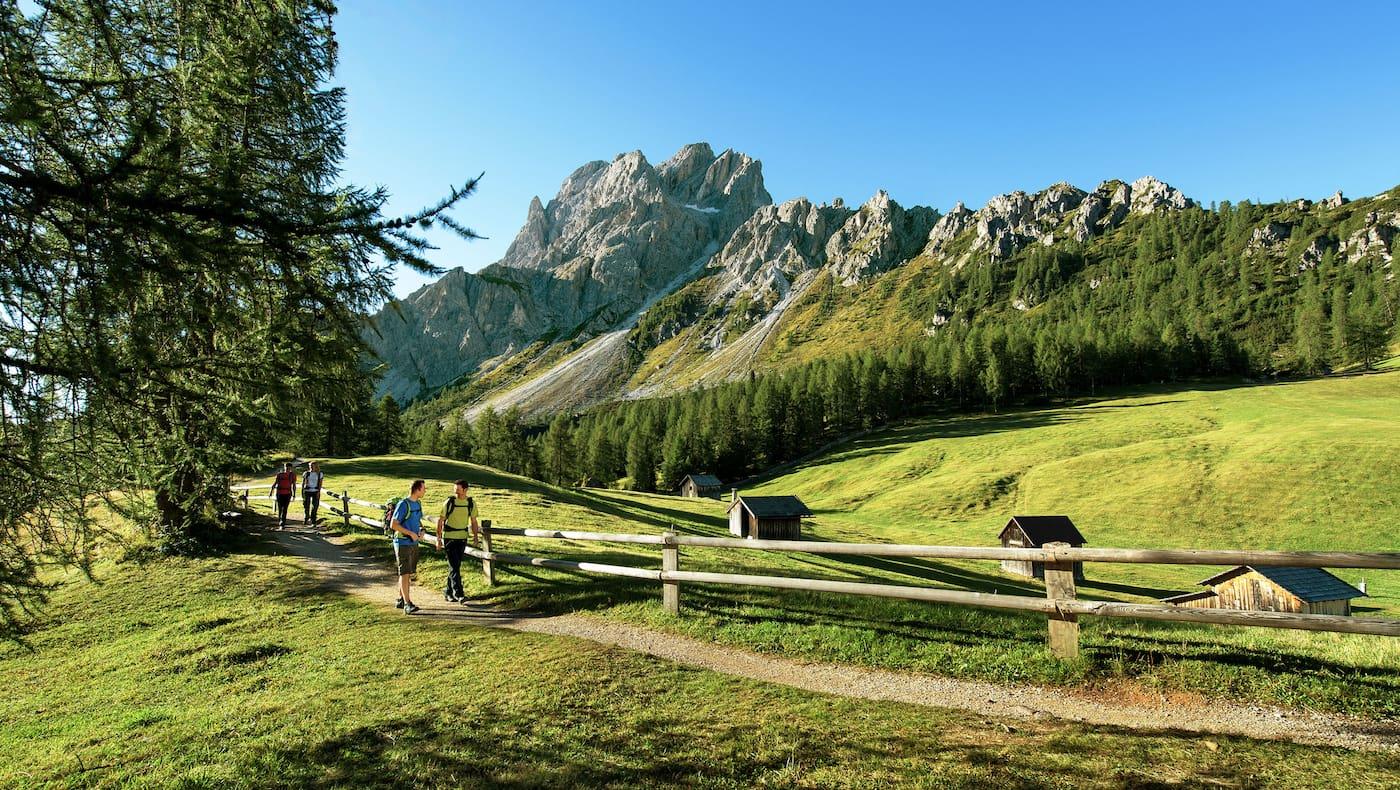 Südtirol: Wanderer im Schatten der Sextner Rotwand
