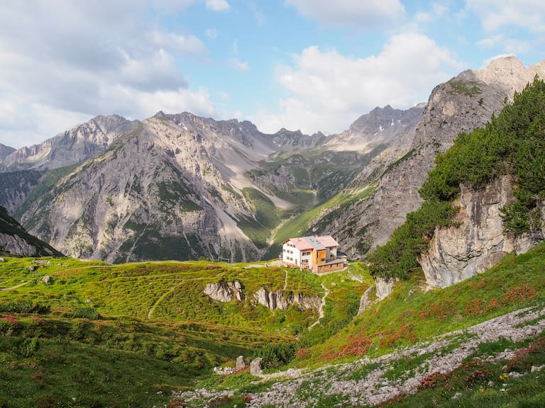 Die Steinseehütte (2.061 m) liegt unterhalb des gleichnamigen Sees auf einer grünen Terrasse, umrahmt von der mächtigen Parzinn-Gruppe, in den Lechtaler Alpen