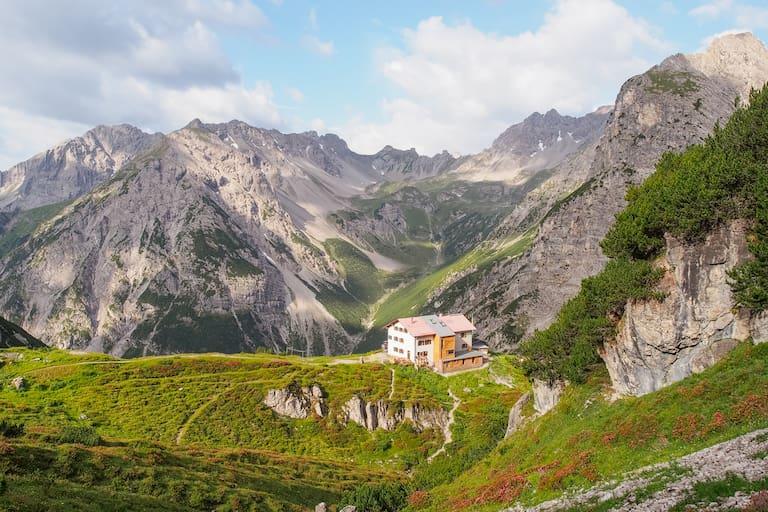 Die Steinseehütte (2.069 m) in den Lechtaler Alpen