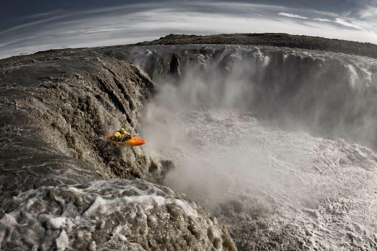 Waghalsig stürzt sich ein Kajak einen Wasserfall hinab.