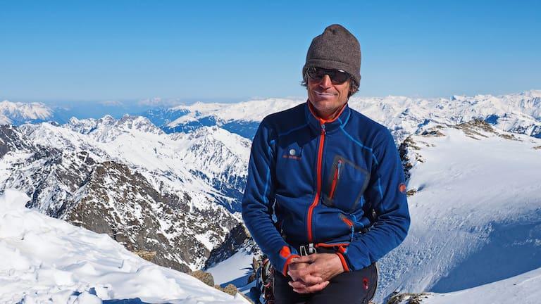 Hans Thurner am Gipfel des Wilden Hinterbergl (3.288 m) im Tourengebiet der Franz-Senn-Hütte in den Stubaier Alpen
