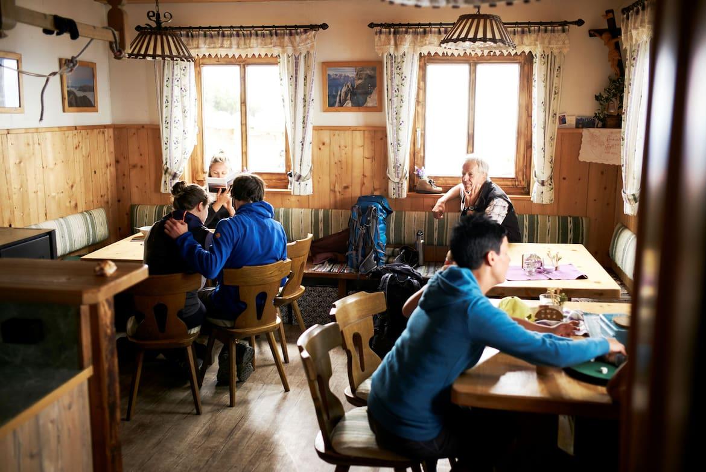 Die neue Gaststube wurde vor wenigen Jahren an die Hütte angebaut.