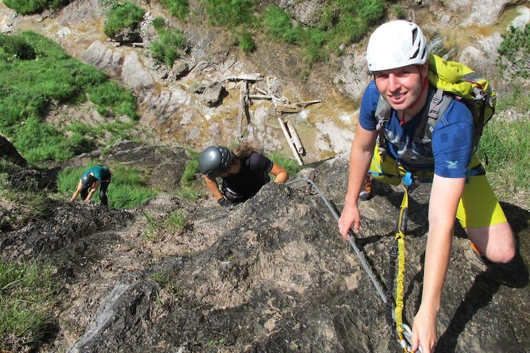 Hausbachfall-Klettersteig mit Blick auf die Schlucht