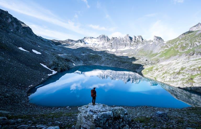 Wanderer am Wildsee (2.438 m) im Kanton St. Gallen