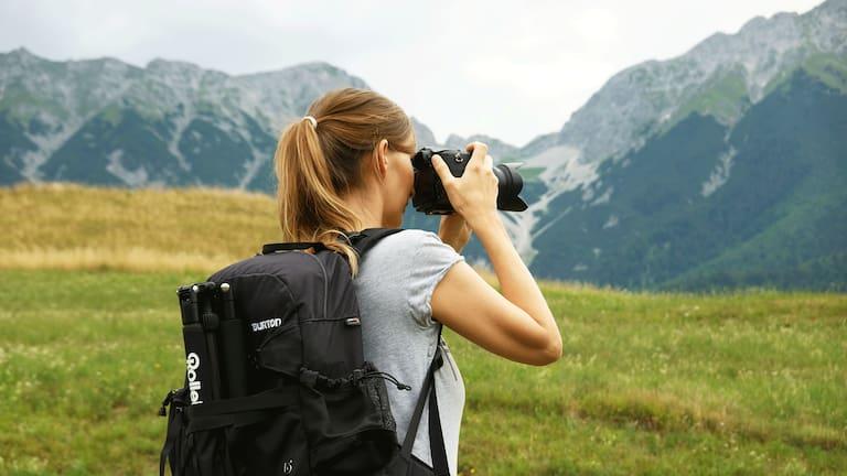 Bergfotografie: Hobbyfotografin Anna aus Innsbruck vor Bergpanorama
