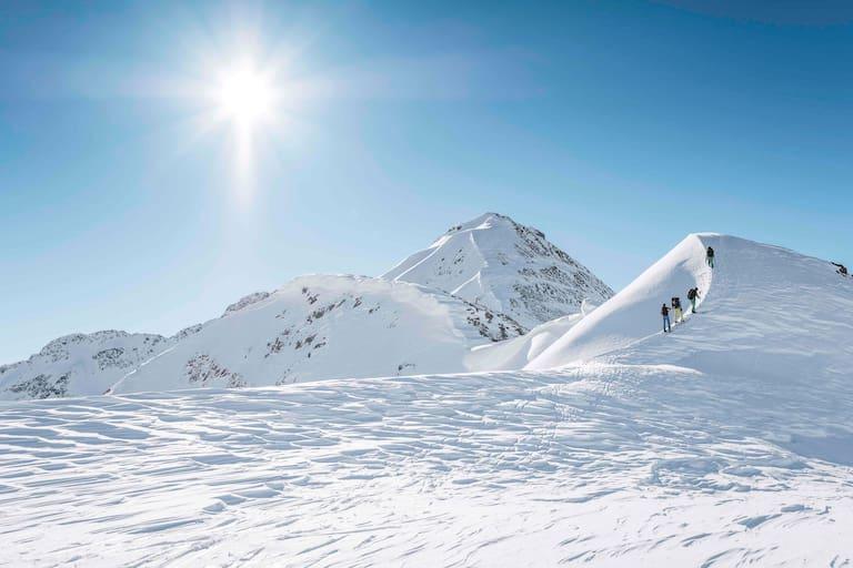 Unterwegs am Arlberg: Unberührte Pulverschneehänge warten vom Gipfel der Kreuzjochspitze (2.919 m)