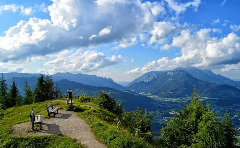 Aussicht vom 1.304 m hohen Grünstein über das Berchtesgadener Land in Bayern