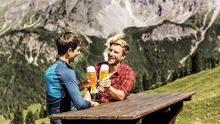 Mit seinem warmen, bernsteinfarbenen Ton und dem vollmundigem, fruchtigen Weizenbiergeschmack begeistert Edelweiss Alkoholfrei jeden Outdoor-Enthusiasten.