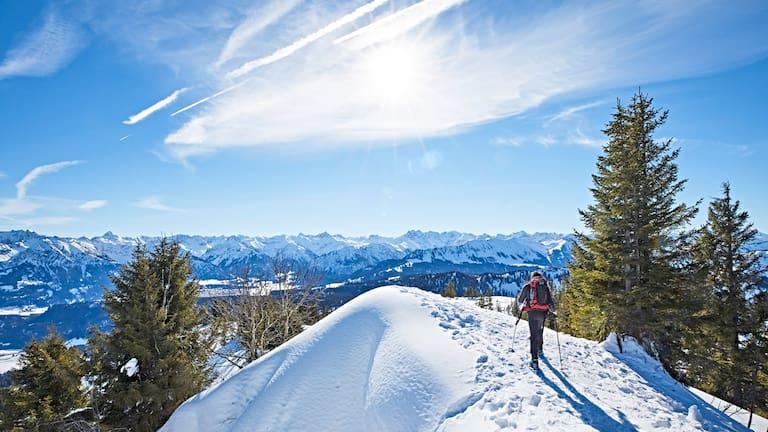 Beim Schneeschuhwandern nicht querfeldein, sondern auf ausgewiesenen Routen.