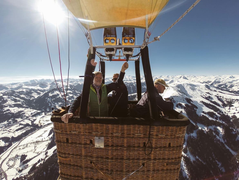 Die Hand am Brenner des Heißluftballons