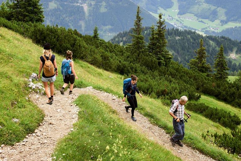 Bergab gehen Wanderer