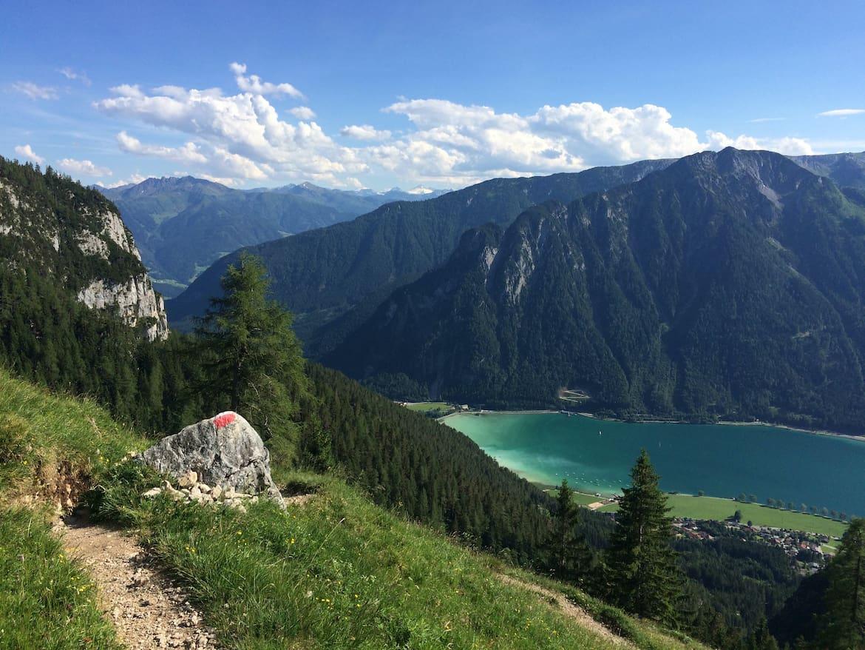 Die Wanderung zur Dalfaz Alm gewährt schöne Blicke auf den Achensee.