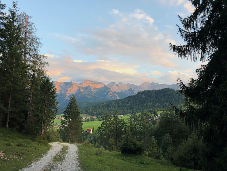 Leichte, wunderschöne Talwanderungen führen rund um den Ort Steinberg.