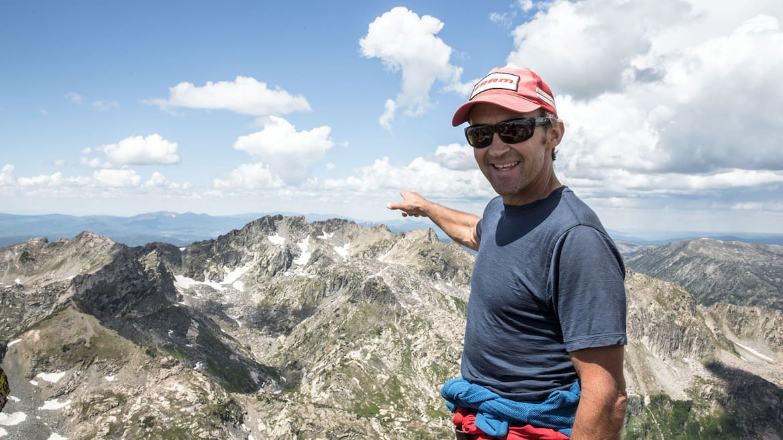 Bill Gamber deutet in Richtung des 3.647 Meter hohen Big Agnes Mountain in der Mount Zirkel Wilderness Area.