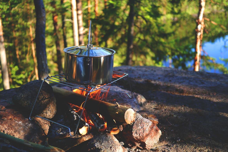 Ein Lagerfeuer dient als Heizung, Kocher und sorgt für eine gemütliche Atmosphäre.