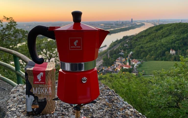 Das perfekte Kaffee-Duo für unterwegs: Der Mokka von Julius Meinl und die Mokkakanne.