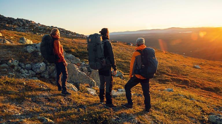 Die neue Abisko Midsummer Zip-Off Hose von Fjällräven ist perfekt für Wanderungen und Reisen.