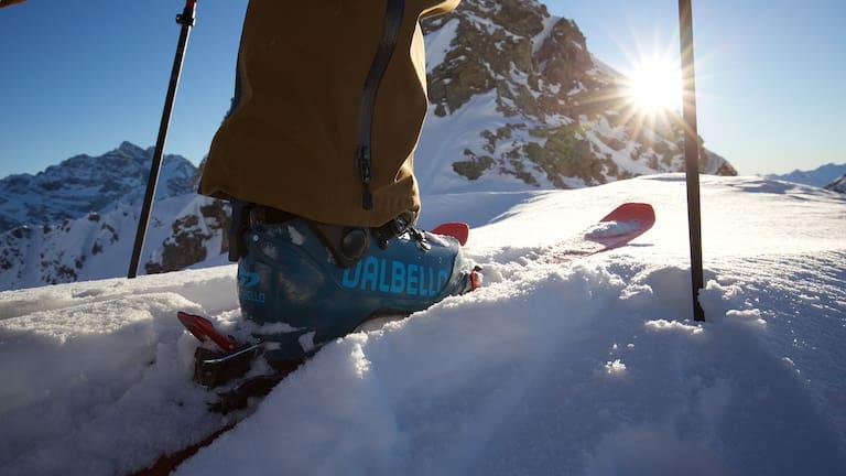 Die erste aufstiegsorientierte Skitouren-Schuh-Linie von Dalbello bietet eine vollkommen neue, komfortable Passform und eine geschmeidige Gehfunktion.