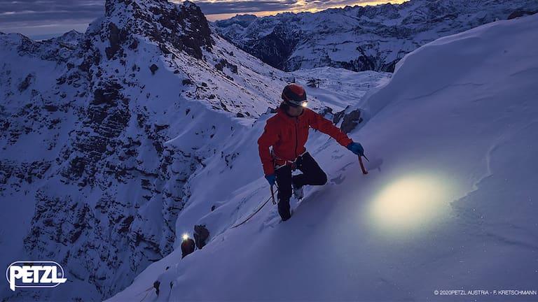Egal ob beim Wandern, Bergsteigen oder Skitouren gehen – eine Stirnlampe ist ein MUSS in jedem Rucksack eines Outdoor-Sportlers.