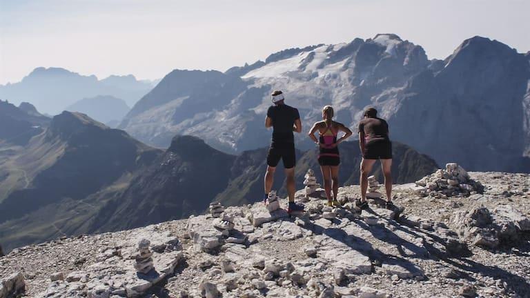 Bergläufer am Sass Pordoi mit Blick auf die Marmolada
