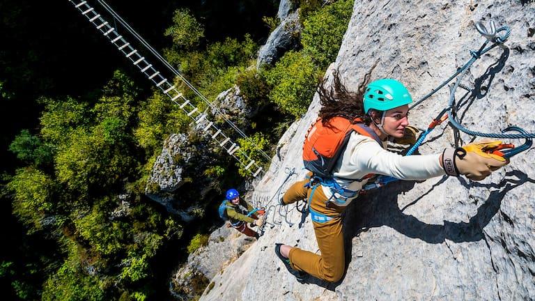 Wer sich dem Klettersteig-Abenteuer hingibt, sollte sich mit der Grundtechnik vertraut machen.