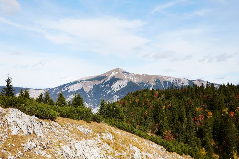 Zur Herbstzeit ist das Raxplateau, wie hier mit Blick auf den Schneeberg, ein wunderschöner Ort. Man dürfe bloß nicht vergessen, sagt Bergretter Ewald Putz (unten), wie schnell es finster wird.