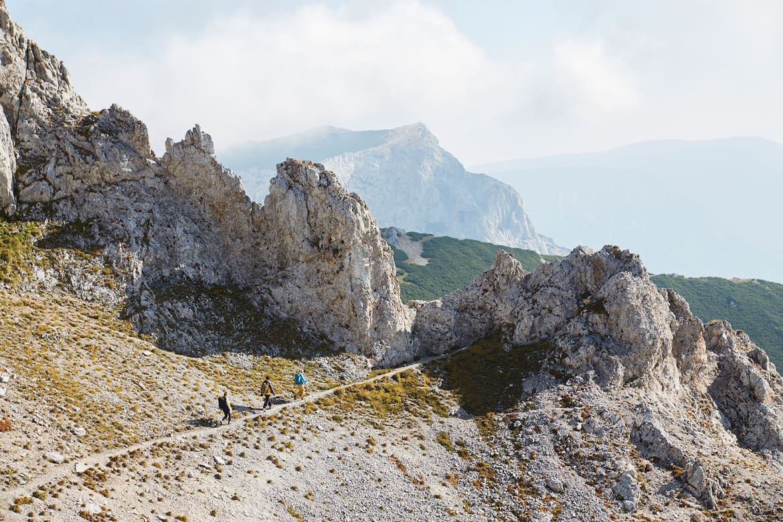 Das sanfte Raxplateau wird von steilen Felswänden umschlossen, wie hier unterhalb des Predigtstuhls zu sehen.