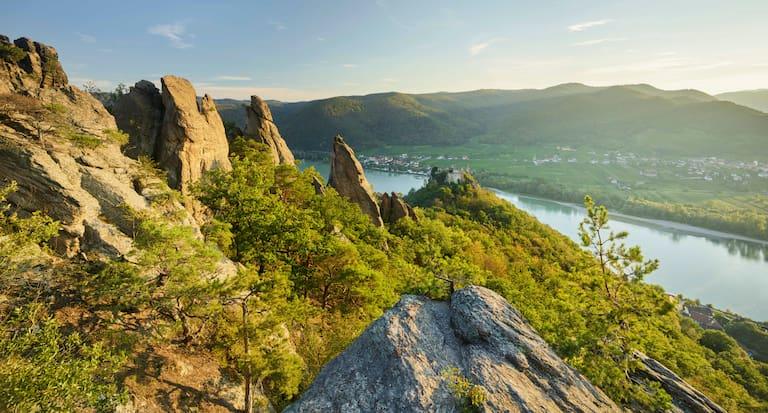 Ausblick von oberhalb der Burgruine Dürnstein aus über die malerische Wachau in Niederösterreich