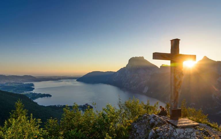 Romantischer Ausblick vom Gipfel des Kleinen Sonnstein (923 m) auf den tiefblauen Traunsee, Oberösterreich