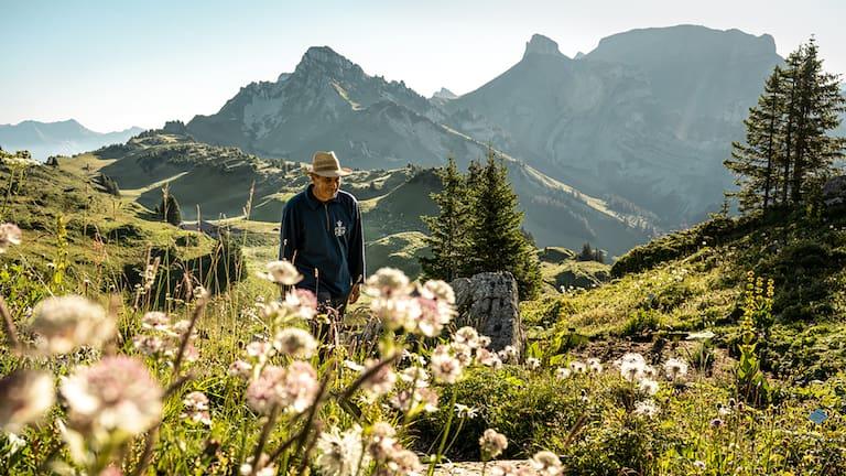 Paul Brunner hegt und pflegt den botanischen Alpengarten bereits seit über 25 Jahren.