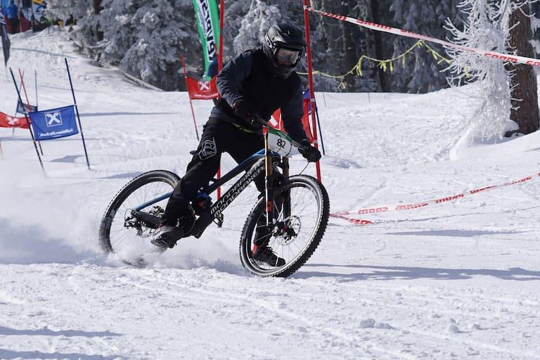Downhill-Mountainbiken im Schnee