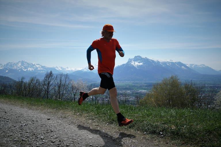 Jede Menge Glückshormone werden beim Laufen am Berg frei.
