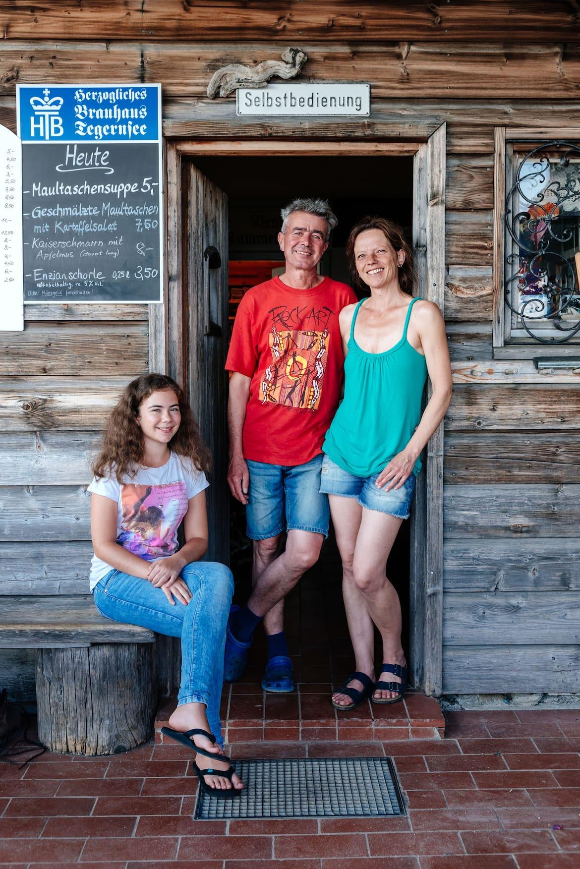 Die Wirtsfamilie Michl, Sylvia und ihre 15-jährige Tochter Vroni.