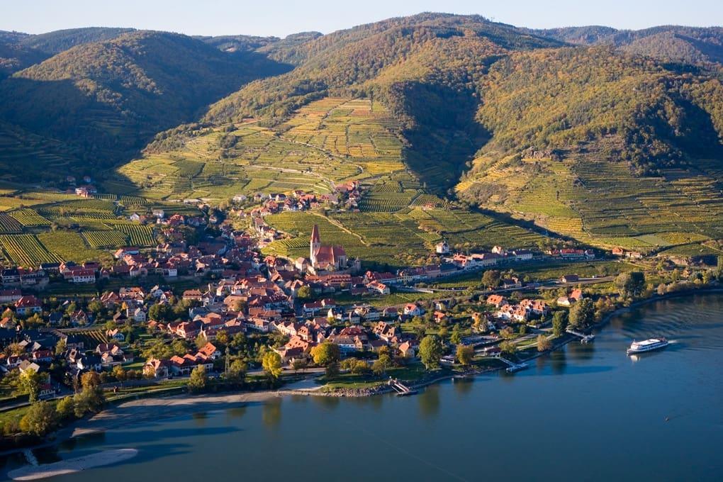 Der Winzerort Weißenkirchen bettet sich an das Ufer der Donau.