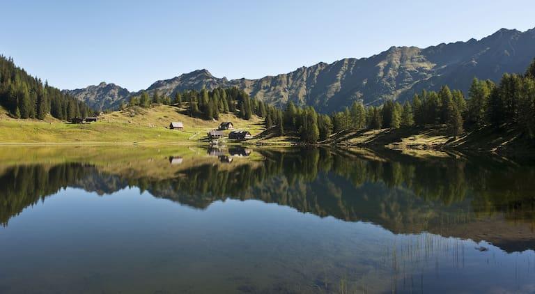 Der Duisitzkarsee (1.650 m) in der Steiermark: ein kreisrundes Juwel inmitten der Schladminger Tauern.