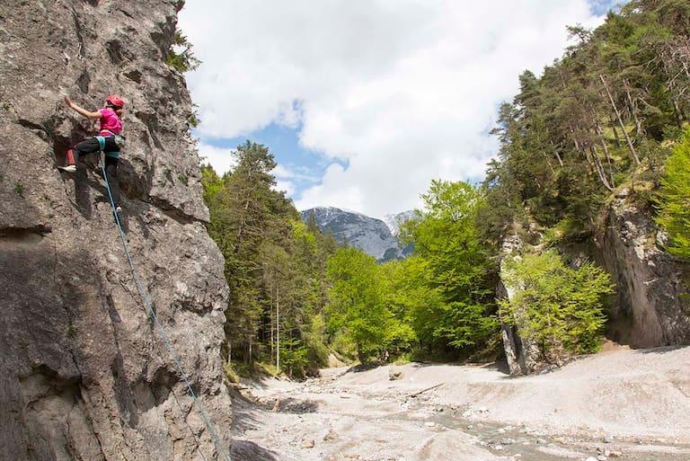 Abenteuerspielplatz Ehnbachklamm - Fels, Wasser, Bäume