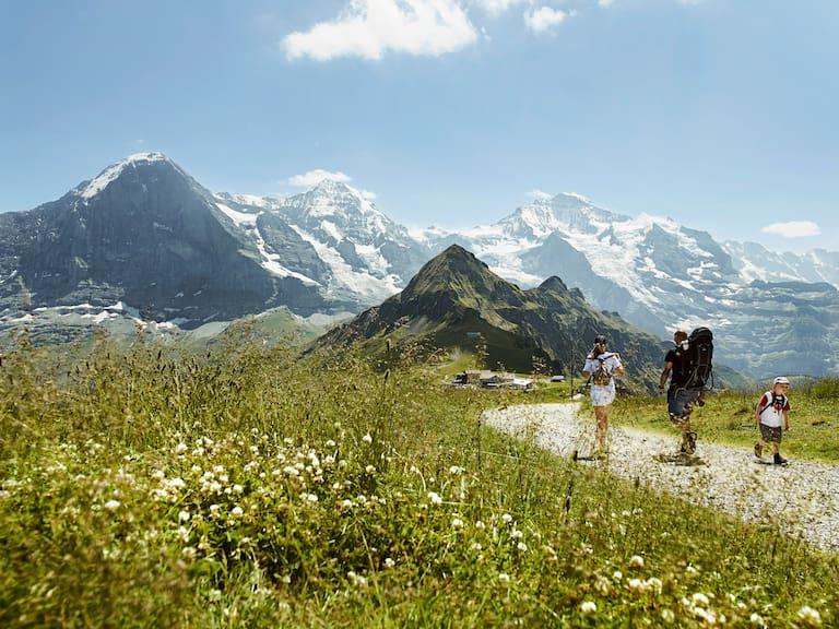 Wandern am Fuße des Eiger, hoch über Grindelwald