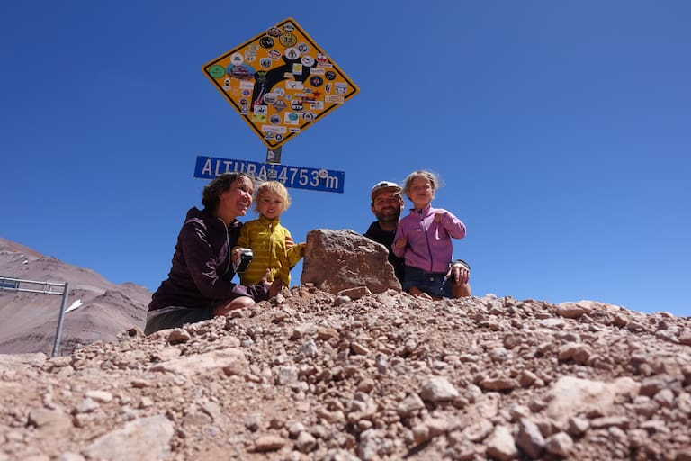 Angang des Jahres war Familie Schön noch in Südamerika unterwegs. Hier am 4.780 m hohen Agua Negra-Pass zwischen Chile und Argentinien